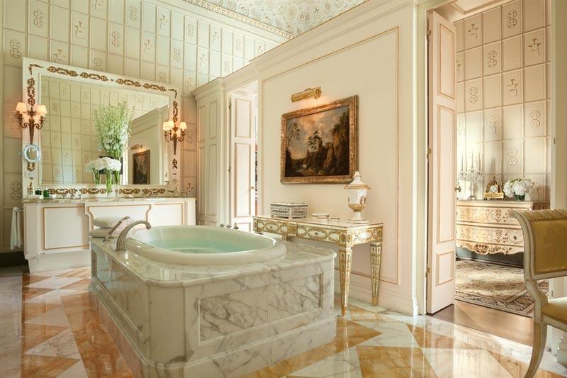 Bagno lusso grandissime dimensioni dell'hotel Four Seasons di Firenze.