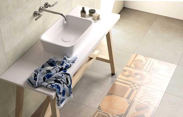 Gres porcellanato in un bagno ristrutturato a Torino