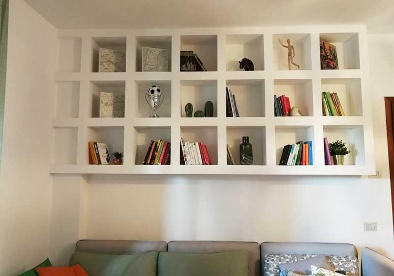 Libreria in cartongesso sospesa
