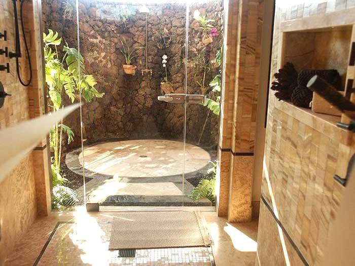 Cabina doccia esterno in legno e pietra