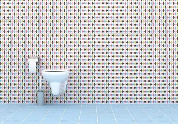 esempio di rivestimento per il bagno con piastrelle adesive