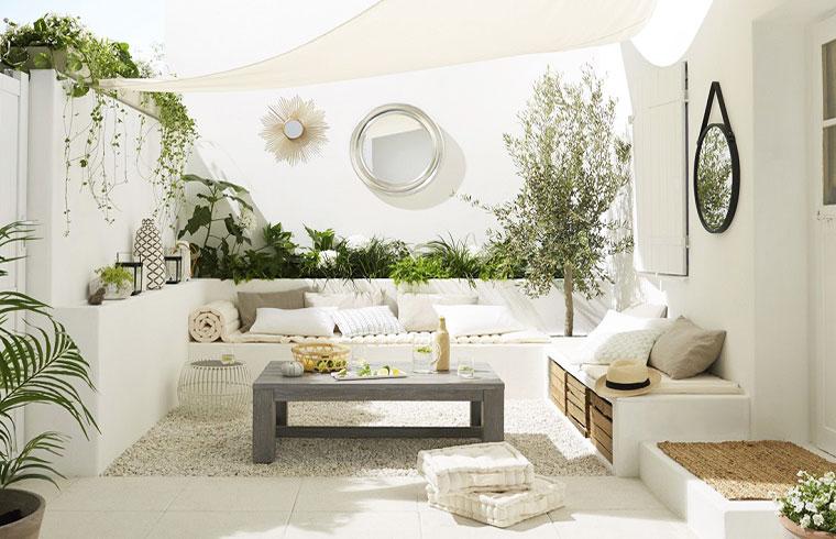 terrazza ristrutturata e arredata in stile total white