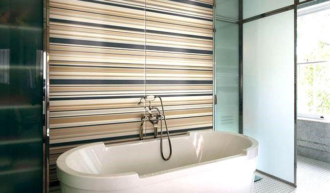esempio di rivestimento per il bagno pareti a righe