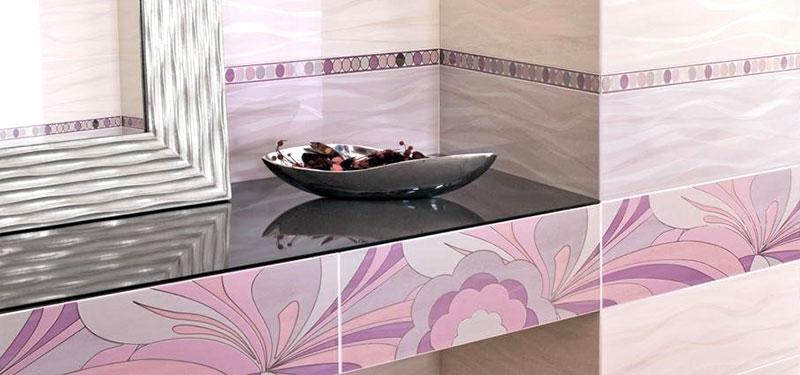 esempio di raffinato rivestimento per il bagno con fiori